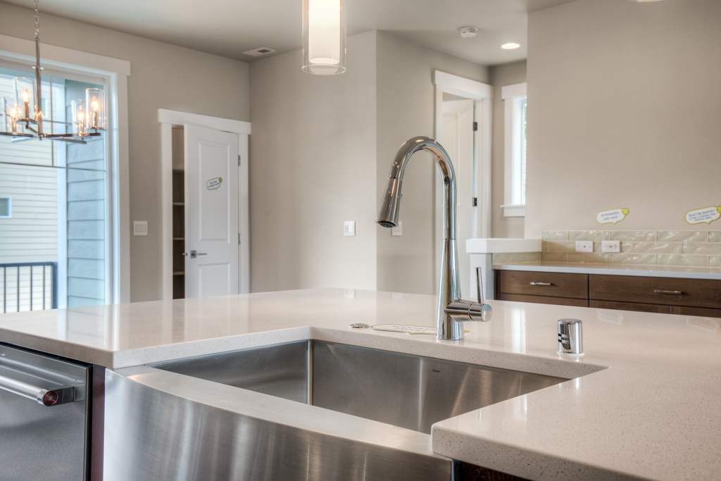 Farmhouse sink and touchless kitchen faucet